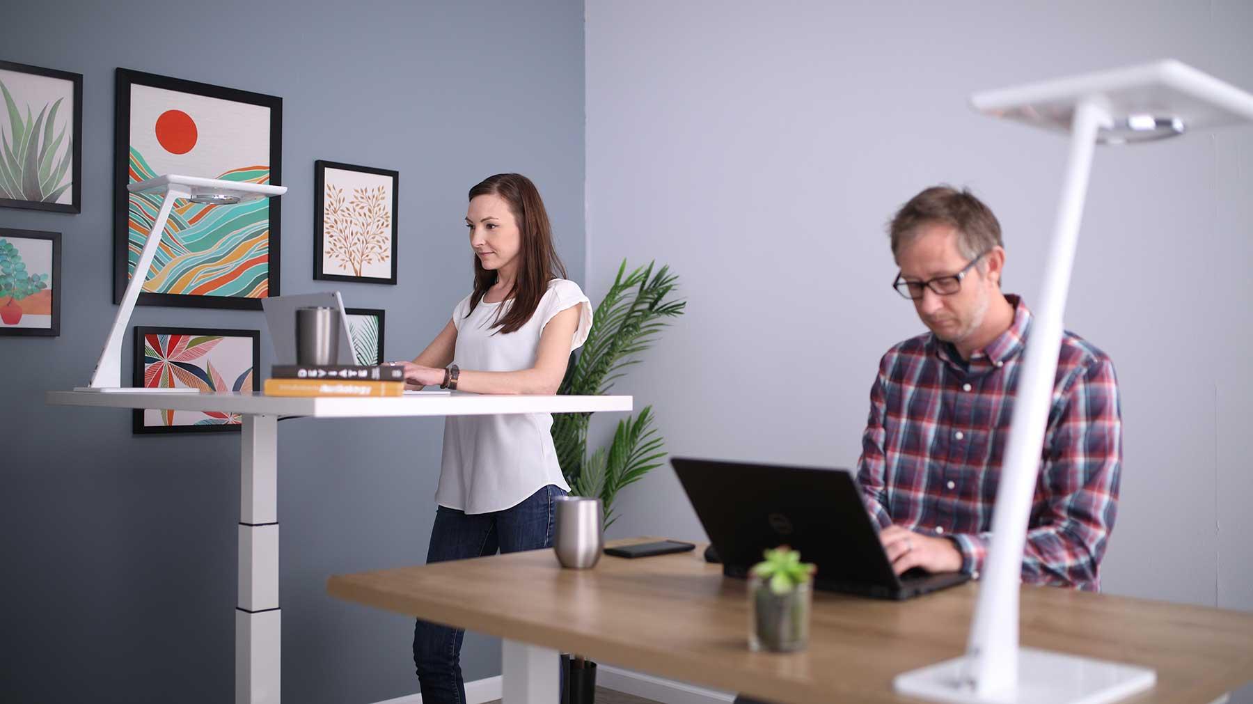 Nuevo diseño de oficinas con mesas para trabajar de pie