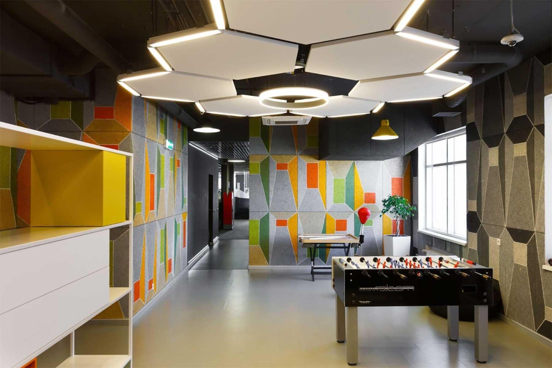 Oficinas con geometrías de colores